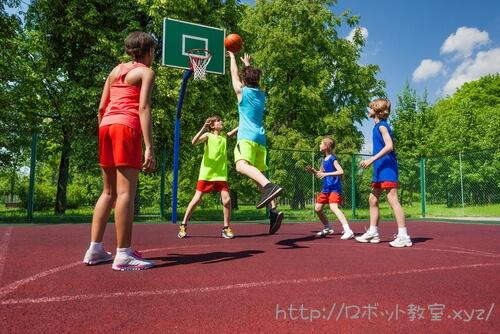 バスケットボールをするアメリカ人
