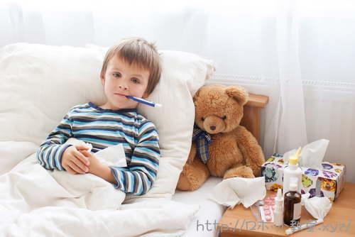 病気で寝ている小学生男子