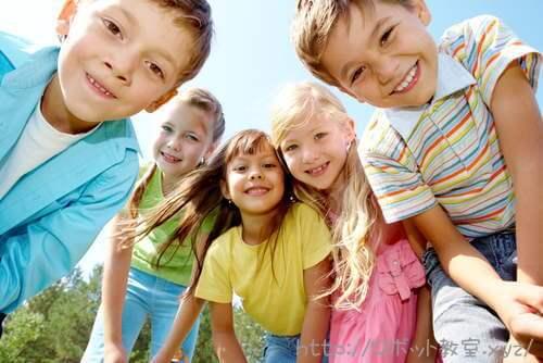 笑顔で遊ぶ小学生男女