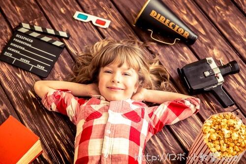 映画撮影の休憩している子ども