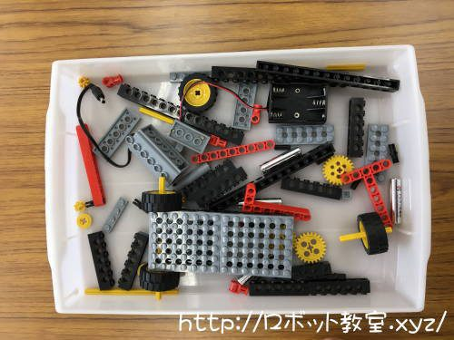 子供が教材ブロックパーツを組み立て作業中