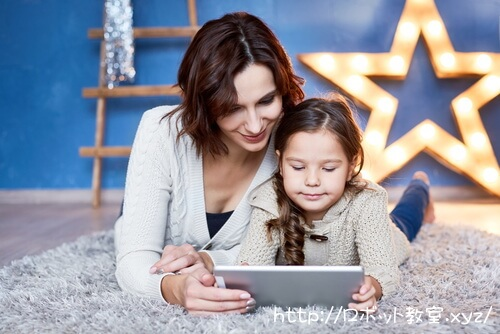 母親からパソコン操作を学ぶ娘
