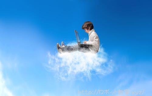 パソコンを使いプログラムを組む小学生男子