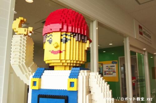 レゴスクールの教室の前にあるレゴ人形