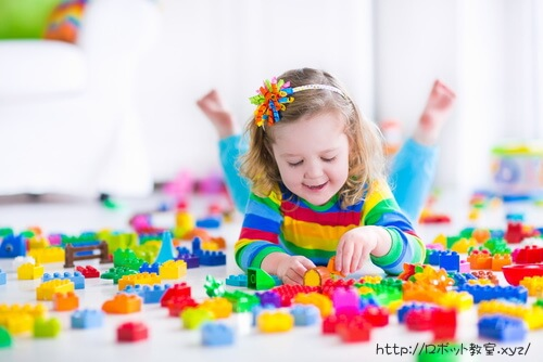 レゴブロックで遊ぶ女の子。LEGO大好き