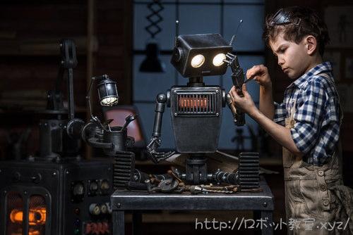 ロボットを修理する少年