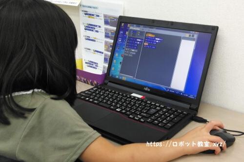 パソコンでプログラミングにチャレンジする小学1年生