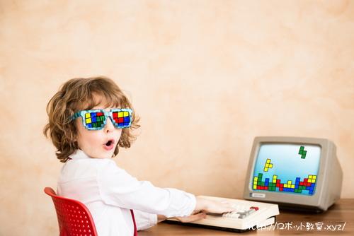 パソコンでプログラミング中の小学生
