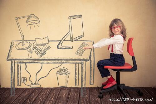 学習机に座って勉強する子ども