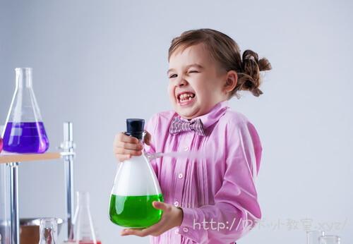 科学実験をする女の子