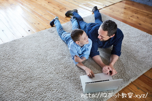 パパからプログラミングを教えてもらう息子