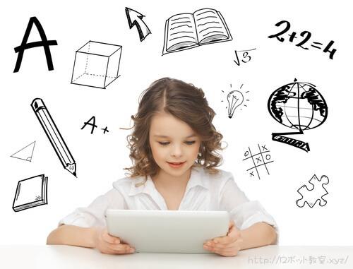 タブレットPCでプログラミングを勉強中の子供