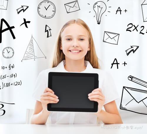 プログラミングを勉強中の小学生の女の子