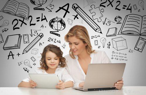タブレット端末でプログラミングを勉強する小学生と先生