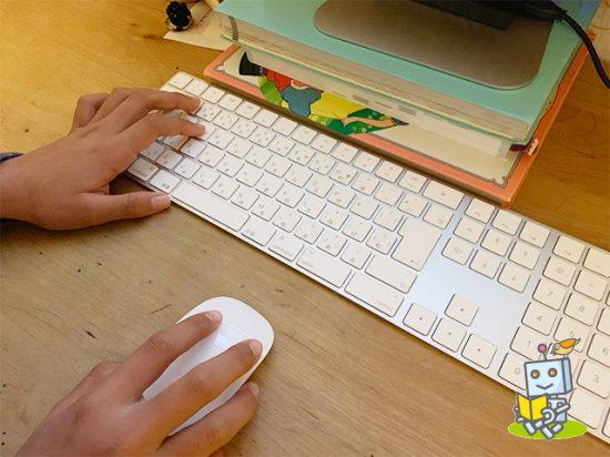 オンラインプログラミングスクールを体験する小学5年生