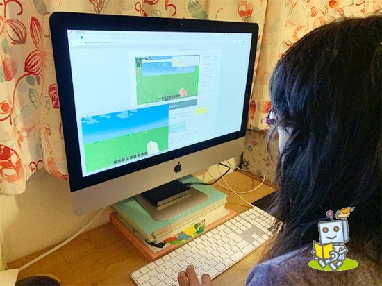 マインクラフトでプログラミング学習する小学生