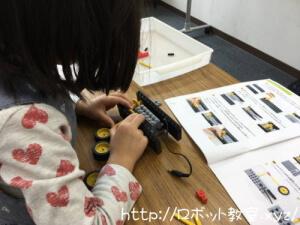 ロボットを組み立てる小学生