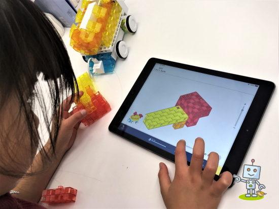 プログラミング教育を受ける小学1年生女子