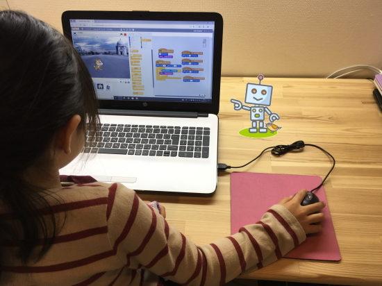 パソコンでプログラミムを組む小学生女子