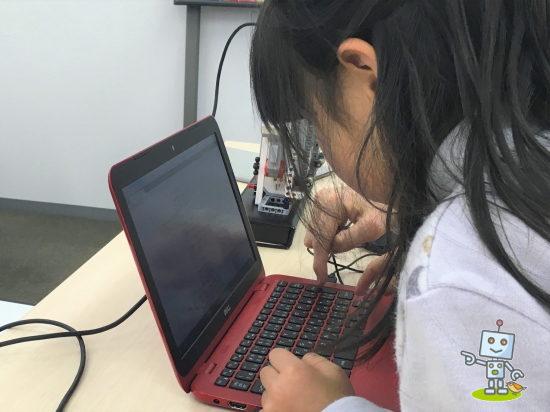 小学1年生がタブレットでプログラミングしています