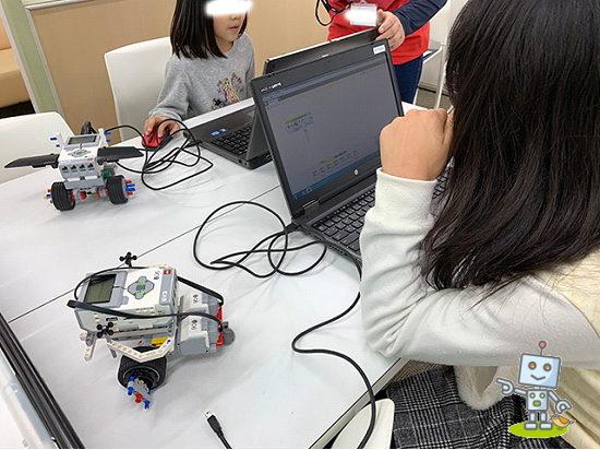 小学5年生がプログラミング作業中