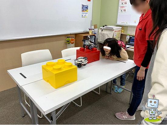レゴマインドストームを動かす小学生