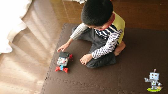 プログラミングしたロボットと小学1年生男子