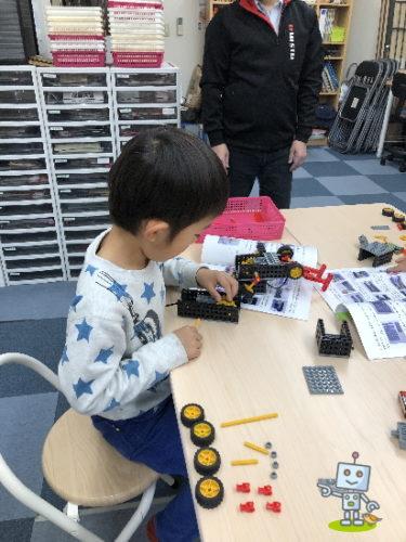 はじめてのロボット作りに挑戦する年中5才