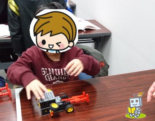 草津市ヒューマンアカデミーロボット教室南草津で体験授業をうける小学生