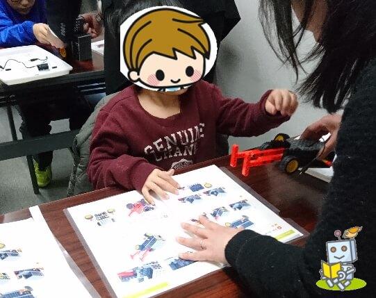 草津市内のヒューマンアカデミーロボット教室で体験授業を受ける小学生男子