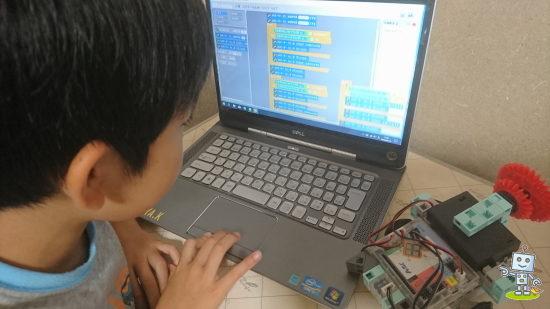 ブロックを組み立てて作ったロボットに次はプログラミングをして制御します