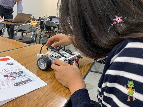 レゴプログラミングキットを組み立てる小学生の女の子