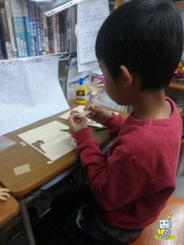 ロボット教室でパーツの組み立て作業をする子ども