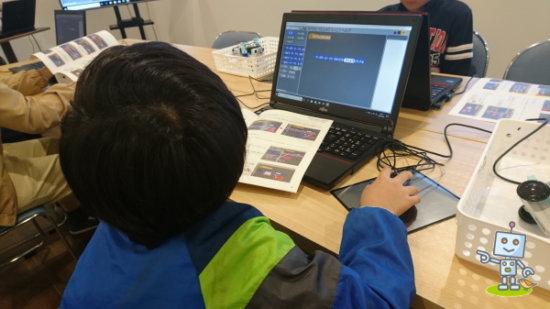 パソコンの操作を習う小学生