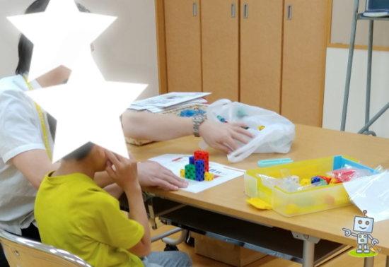 自考力キッズでパズル問題を解く小学1年生男子