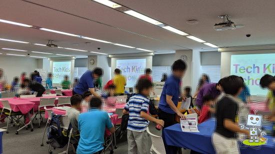 テックキッズスクールでは現役大学生が小学生にプログラミングを教えてくれます