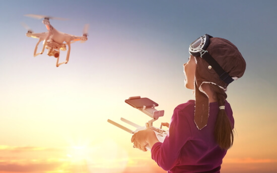 レスキュー用ドローンを操作するパイロット