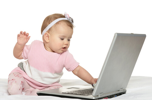インターネットをする赤ちゃん。健康被害はデマ