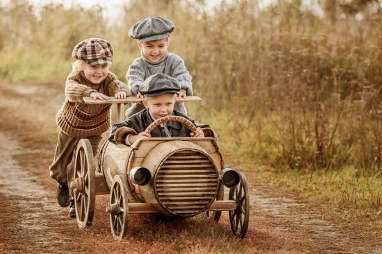 自動車レースに参加する子供たち