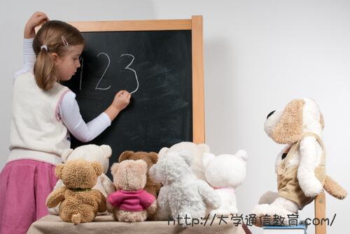 自宅学習する不登校の小学生