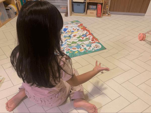 キッズアカデミーの教材で自宅学習する幼児
